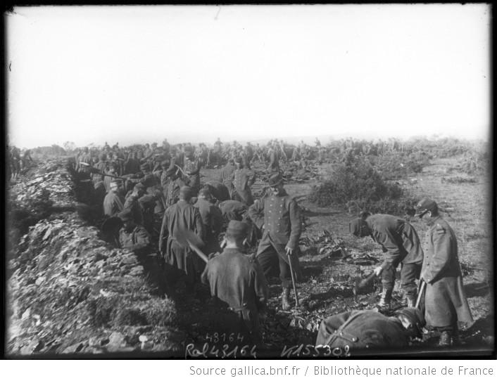 Soldats d'infanterie creusant des tranchées
